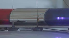 Светосигнализатор полицейской машины с красным и голубым светом сток-видео