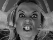 Опасная шальная женщина пробуя устрашить кто-то стоковое изображение