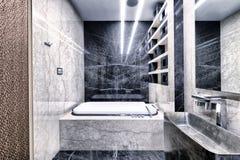 Светотеневой мрамор в интерьере современной ванной комнаты в роскошной квартире Стоковые Изображения RF