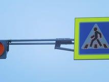 Светофор и знак пешеходного перехода Стоковые Изображения