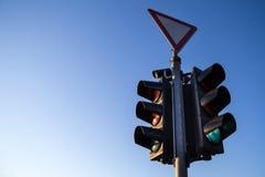 Светофор оставаясь неизменным регулировками европейского стандарта принятыми на перекресток, Стоковое фото RF