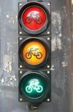 Светофор с знаком велосипеда для велосипедистов закрывает вверх Стоковое фото RF
