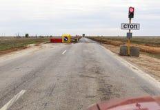 Светофор с красным сигналом на дороге стоковая фотография