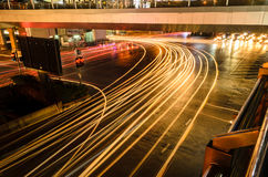 Свет автомобиля на дороге с затором движения на ноче в Бангкоке Стоковые Изображения RF