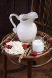 Светлая еда утра от творога с клубникой и mil Стоковые Фотографии RF