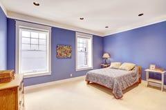 Светлая комната с впечатляющими фиолетовыми стенами цвета Стоковые Фотографии RF