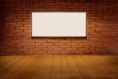 Светлая коробка или белая доска на стене grunge кирпича и поле древесины в комнате Стоковая Фотография RF