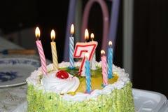 Светлая свеча в темноте шоколадного торта дня рождения Стоковая Фотография