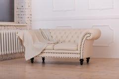Светлая софа в белой комнате Стоковые Фото