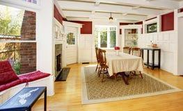 Светлая столовая в красных стенах и белых деревянных утесках Стоковое фото RF