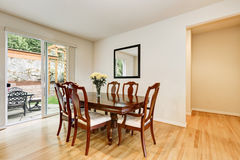 Светлая столовая с деревянным высекаенным комплектом таблицы и стула Стоковое Изображение