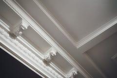 свет белого цвета архитектуры оформления потолка роскошный текстурировал прессформу fretwork стоковое изображение