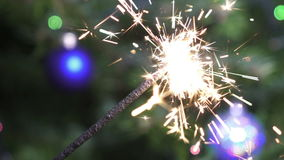 Свет Бенгалии на фоне рождественской елки с шариками ` s Нового Года, замедления видеоматериал