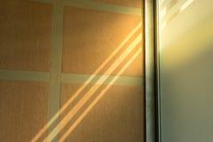 Свет блесков солнца через длинное окно стоковое фото rf