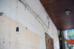 Свет вне вися лампу около стены Стоковая Фотография RF