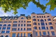 Свет восстановил австрийский тип дом с часами на стене против предпосылки голубого неба стоковые изображения rf