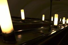 Свет в темноте и эскалаторе стоковые фото