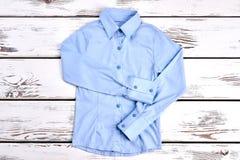 Свет - голубая рубашка с длинными рукавами Стоковые Изображения