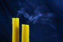 Свет горящей свечи близкий вверх над чернотой, предпосылкой дня хеллоуина Стоковые Фотографии RF