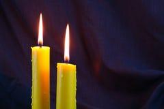 Свет горящей свечи близкий вверх над чернотой, предпосылкой дня хеллоуина Стоковые Фото