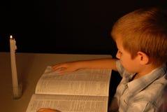 свет горящей свечи мальчика Стоковая Фотография