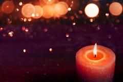 Свет горящей свечи на романтичные моменты Стоковое Изображение RF