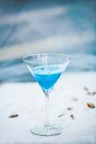 Свет - голубое холодное освежая питье коктеиля лета с льдом Стоковые Изображения RF