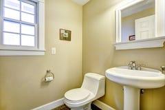 Свет - желтая ванная комната с окном Стоковое Изображение