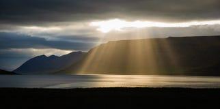 Свет заволакивает фьорд Исландия Стоковое Изображение