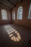 свет залы пола к окнам деревянным стоковое изображение rf