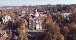 Свет захода солнца и церковь St Peter и St Paul, Вильнюса, Литвы акции видеоматериалы