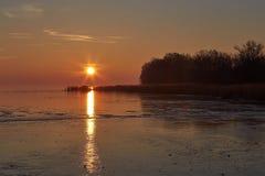 Свет захода солнца над замороженным озером Balaton в Венгрии стоковые фотографии rf