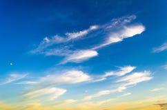 Свет захода солнца вечера заволакивает предпосылка текстуры солнца неба цирруса Стоковые Фотографии RF