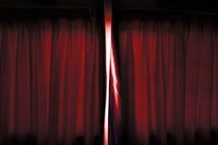 Свет идет через около открытую темноту - занавес красного цвета этапа перед выполнять Стоковая Фотография RF