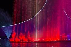 Свет и музыка fountan под факелом Стоковая Фотография RF