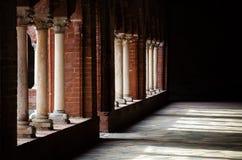Свет и тени над колоннадой аббатства Стоковые Изображения RF