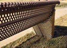 Свет и тени на скамейке в парке стоковые изображения