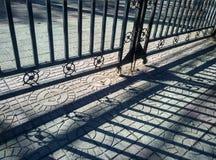 Свет и тень железного строба Стоковые Фотографии RF