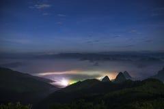 Свет и туман перед рассветом Стоковые Изображения RF
