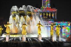 Свет Москва праздника вечера выставки фонтана Стоковое Изображение