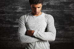 Свет молодой сексуальной черной модели нося - серая футболка longsleeve Стоковая Фотография RF