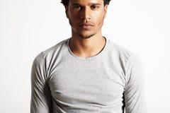 Свет молодой сексуальной черной модели нося - серая футболка longsleeve стоковые изображения rf