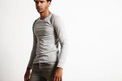 Свет молодой сексуальной черной модели нося - серая футболка longsleeve стоковые изображения