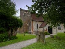 Свет на день overcast - взгляд после полудня весны церков St Mary в Selborne, Хемпшире, Великобритании стоковые изображения rf