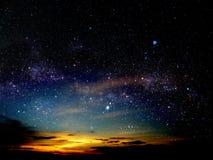 свет облака захода солнца в ночном небе играет главные роли на вселенной стоковая фотография rf
