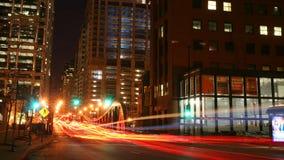 Свет отставет на улице Clark на ноче в Чiкаго стоковые фото