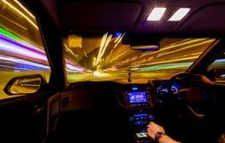 Свет отстает изнутри автомобиля, запачканных уличных светов, руки на Стоковые Изображения RF