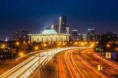 Свет отстает от кораблей на шоссе на ноче Сеуле, Корее стоковые фото