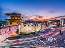 Свет отстает от кораблей на шоссе на ноче Сеуле, Корее стоковое фото