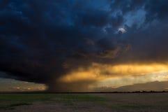 Свет от захода солнца освещает падая дождь Стоковое фото RF